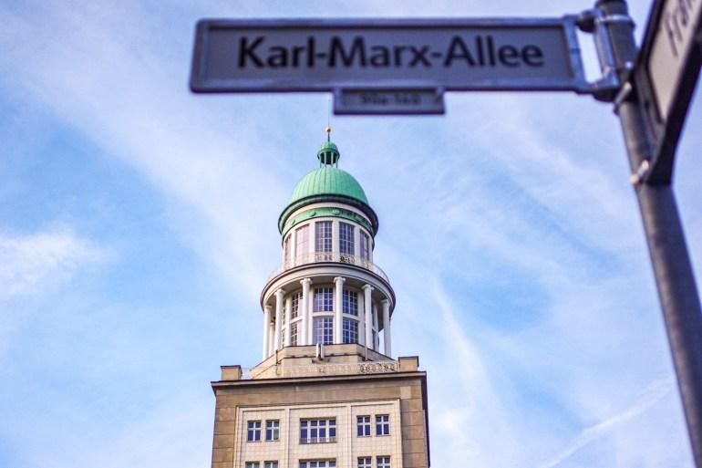 panneau de la Karl Marx Allee à Berlin