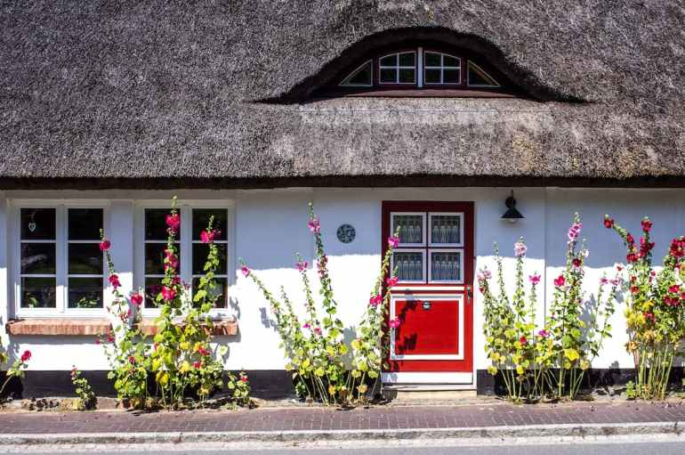 Maison en toit de chaume à Lohme, sur l'île de Rügen en Allemagne