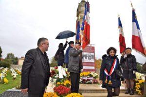 La députée Catherine Fabre dépose la gerbe en hommage aux tirailleurs au cimétière des pins francs