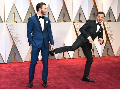 rs_1024x760-170226171831-1024-chris-evans-jeremy-renner-oscars-candids-ms-022617