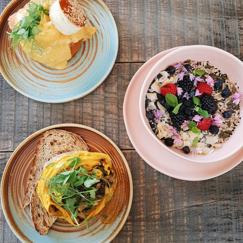 The Locals Cafe, Chelsea, SW London review. Brunch, vegetarian friendly and vegan friendly brunch in London. Smoothie bowls, chai latte, folded eggs, eggs royale. instagrammable brunch in London. charcoal smoothie bowl, truffle folded eggs and eggs royale