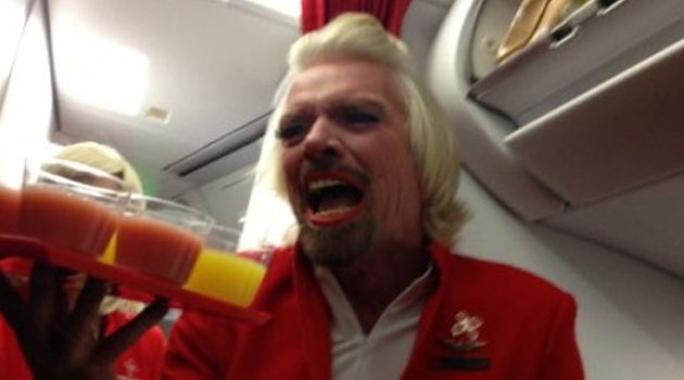 El multimillonario Richard Branson vestido de azafata