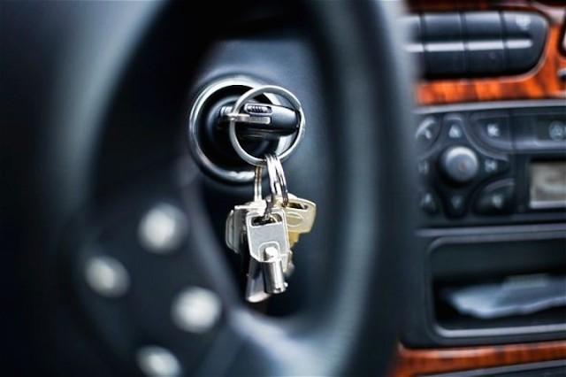 ¿DEJASTE LAS LLAVES OLVIDADAS DENTRO DEL AUTO? TE DECIMOS COMO ABRIRLO