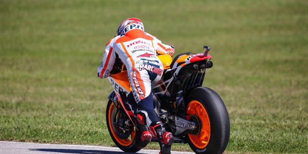 Márquez se cae persiguiendo a Rossi y termina decimoquinto