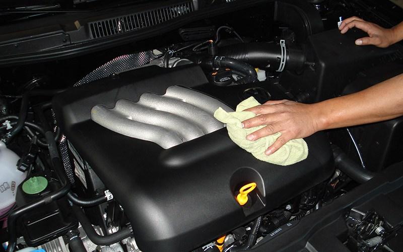 ¿Es recomendable lavar el motor de un auto con agua a presión?