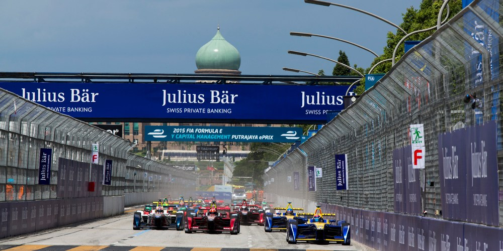 2015/2016 FIA Formula E Championship. Putrajaya ePrix, Putrajaya, Malaysia. Saturday 7 November 2015. Race Sebastien Buemi (SUI), Renault e.Dams Z.E.15, leads Loic Duval (FRA), Dragon Racing - Venturi VM200-FE-01 at the start Photo: Sam Bloxham/FIA Formula E/LAT ref: Digital Image _SBL0832