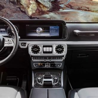 Wie in der neuen E- und S-Klasse kommen als Kombiinstrument auf Wunsch ein großes Display mit virtuellen Instrumenten im direkten Blickfeld des Fahrers sowie ein Zentraldisplay über der Mittelkonsole zum Einsatz.As in the new E and S-Class, an alternat