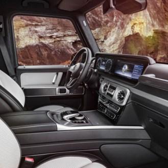 Wie in der neuen E- und S-Klasse kommen als Kombiinstrument auf Wunsch ein großes Display mit virtuellen Instrumenten im direkten Blickfeld des Fahrers sowie ein Zentraldisplay über der Mittelkonsole zum Einsatz. As in the new E and S-Class, an alternat