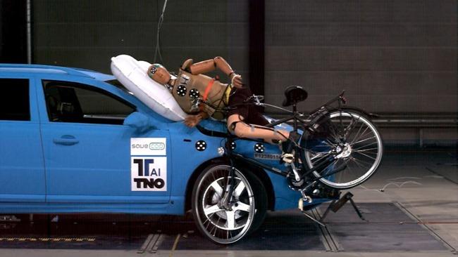 Tu próximo auto tendrá bolsas de aire exteriores para proteger a los peatones, ciclistas y conductores