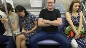 Manspreading: odiado por algunas mujeres, pero atractivo para otras