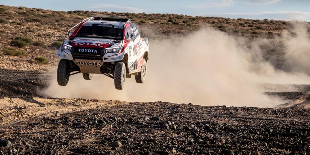Fernando Alonso prueba la Toyota Hilux del Dakar