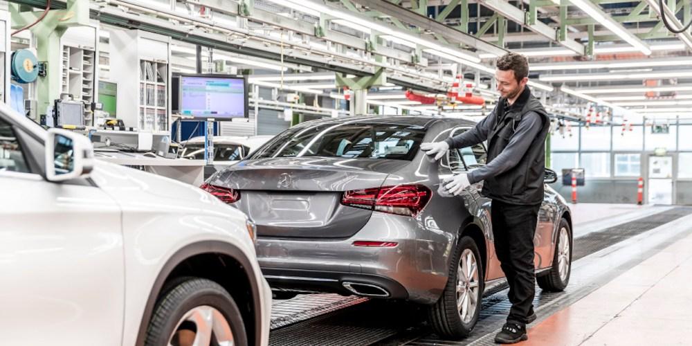 """Produktionsstart der neuen A-Klasse Limousine im Mercedes-Benz Werk Rastatt: Das fünfmillionste Mercedes-Benz Kompaktfahrzeug """"Made in Rastatt"""" ist seit dem Anlauf der ersten A-Klasse im Jahr 1997 vom Band gelaufen.   Start of Production of the new A-Class Saloon at the Mercedes-Benz plant in Rastatt: The five millionth Mercedes-Benz compact vehicle """"Made in Rastatt"""" since production of the first A-Class began back in 1997 has rolled off the production line."""