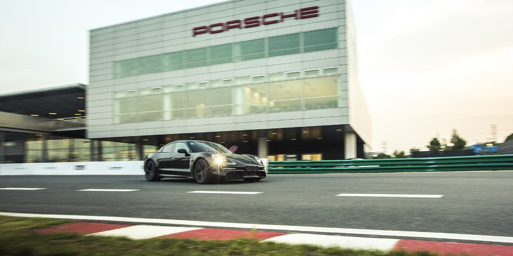 Porsche Taycan visita Shanghái, el primer eléctrico de la firma rueda libremente