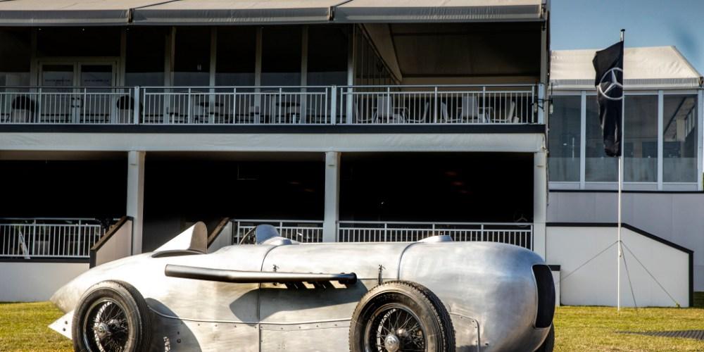 Am 22. Mai 1932 gewinnt Manfred von Brauchitsch das Avus-Rennen in Berlin auf Mercedes-Benz SSKL mit Stromlinienkarosserie und stellt dabei mit einer Durchschnittsgeschwindigkeit von 194,4 km/h über eine Distanz von 200 Kilometern einen Klassenweltrekord auf. 2019 baut Mercedes-Benz Classic das Fahrzeug mit hoher historischer Authentizität wieder auf. Foto vom Goodwood Festival of Speed 2019. On 22 May 1932, Manfred von Brauchitsch won the Avus race in Berlin in a Mercedes-Benz SSKL with streamlined body and thereby set a class world record with an average speed of 194.4 km/h over a distance of 200 kilometres. In 2019, Mercedes-Benz Classic reconstructed the vehicle with a high level of historical authenticity. Photo from Goodwood Festival of Speed 2019.
