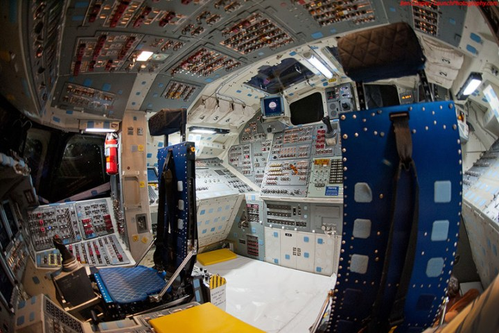 Endeavour_flight_deck_12