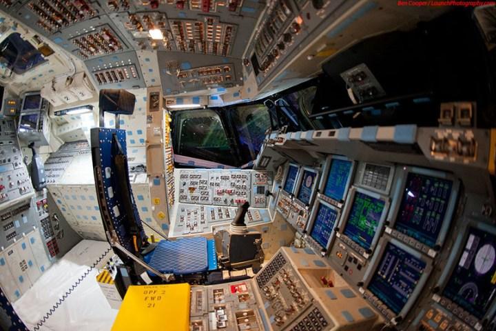 Endeavour_flight_deck_8