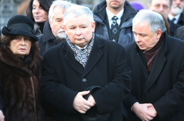 Lech and Jaroslaw Kaczynski with their mother, Jadwiga.