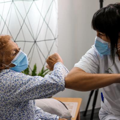 Doctora saludant a una señora