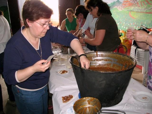 Cati Pliego elaborando obleas para la Mayordomía