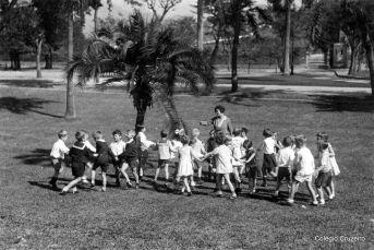 1931 - Alunos do Jardim de Infância brincando no Alto da Boa Vista