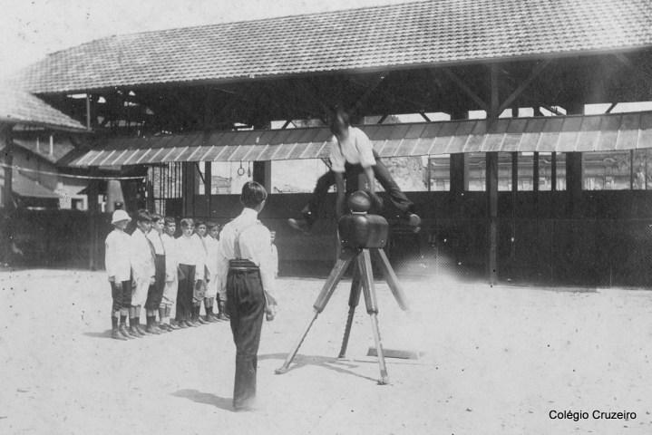 1912 - Alunos do Colégio Cruzeiro - Centro na aula de Educação Física