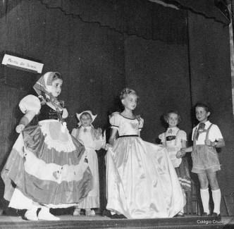 """1950 - Apresentação teatral """"Moinho das bonecas"""""""