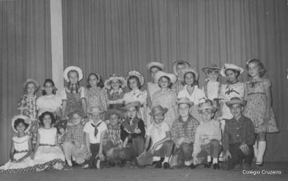 1963 - Turma do 4º primário na Festa Junina
