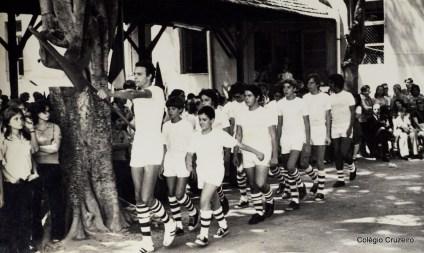 1971 - Alunos no desfile de bandeiras dos Jogos Olímpicos do Colégio Cruzeiro - Centro