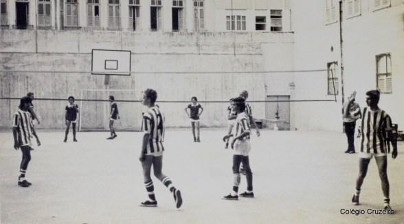 1971 - Partida de Vôlei masculino nos 1971 - Alunos desfilam nos Jogos Olímpicos do Colégio Cruzeiro