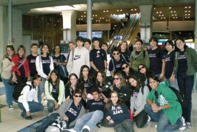 2008 - Alunos de Jacarepaguá no aeroporto de Paris durante Viagem de Estudos à Alemanha