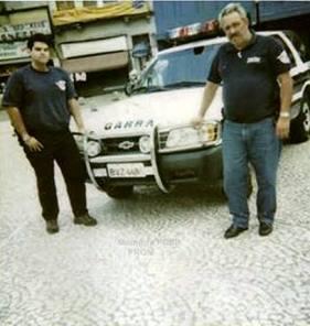 """Investigadores de Polícia Antonio Carlos Meneses Antonio Carlos Menezes Barbosa """"Toninho"""" (à direita) e seu parceiro Rodrigo, quando trabalhavam no Garra- DEIC. (acervo do filho, empresário do ramo de transportes João Carlos)."""
