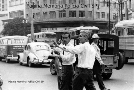 Integrante da extinta Guarda Civil com capacete, ao fundo, com apito na boca. E em primeiro plano, Francisco Américo Fontenelle o mais polêmico diretor de trânsito que São Paulo já teve ficou apenas 57 dias no cargo, em 1967. Entre suas medidas estava a ordem para que os funcionários do Departamento Estadual de Trânsito (DET) murchassem os pneus de quem estacionasse em local proibido. Em julho daquele ano, já afastado, foi a um programa de TV defender suas ideias. Durante o debate, excedeu-se e foi vítima de um enfarte. Morreu diante das câmeras, com apenas 46 anos de idade.