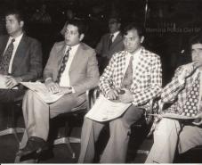 Ano 1976, da esquerda para a direita: 1-) Delegeado Fernando Dino Aprille - Titular da 1a Delegacia de Roubos- DEIC 2-) Na época Investigador Paulo Gentil da dupla Paulinho e Chiquinho da antiga Delegacia de Entorpecentes do DEIC, hoje Delegado Aposentado. 3-) O então Investigador Oscar Matsuo. 4-) Ubirajara Figueira, Investigador da RUDI. 5-) Sentado no fundo de óculos, o Coronel Enio Monteiro Viegas, posteriormente foi Secretário da Segurança. Nessa época ele era Chefe de Gabinete do Erasmo Dias.