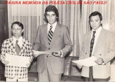 """Na Delegacia Geral de Polícia, recebendo título de policial do mês, na década de 70: À partir da esquerda, Delegados Siqueira, Manuel Luiz Ribeiro """"Manecão""""; e Investigador Oscar Matsuo."""