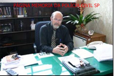 """Faleceu nesta manhã (23 de Agosto) atropelado na Rodovia Fernão Dias, altura do Km 64, Mairiporã/SP, o Delegado de Policia Titular do 9° DP de Guarulhos, José Humberto Xavier, conhecido carinhosamente por seus colegas como """"Xaxá"""". Iniciou sua carreira como Investigador, sendo Chefe da Seccional Norte, nos anos 80. Como Delegado trabalhou em Mairiporã, Arujá e Guarulhos. De acordo com a PRF (Polícia Rodoviária Federal), o Gol dirigido pelo delegado estava parado no acostamento e Xavier se encontrava do lado de fora do carro trocando um pneu, quando um caminhão, ao desviar do trânsito, atingiu o automóvel atropelando a autoridade policial. Ainda conforme a PRF, o caminhão capotou fora da pista. Xavier morreu no local. O caminhoneiro, de 32 anos, foi levado com ferimentos leves pelo SAMU ao Hospital Nossa Senhora do Desterro/Mairiporã. Já o passageiro, de 52 anos, sofreu lesões graves e foi socorrido pelo helicóptero Águia da PM e encaminhado ao Hospital das Clínicas em São Paulo. Segundo a polícia, no momento do acidente, havia obras sinalizadas no km 65 da via e o trânsito estava lento. O condutor do caminhão, conforme a PRF, alegou que o veículo perdeu os freios e, para não bater nos outros carros à frente, desviou para o acostamento. O corpo do delegado será velado na Câmara Municipal de Mairiporã, a partir das 19 h. O sepultamento está marcado para o sábado (24), a partir das 10 h, no Cemitério Jaraguá em São Paulo."""