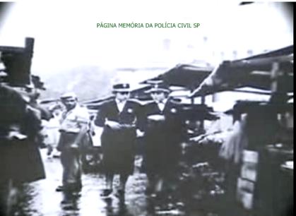 Integrantes da extinta Polícia Feminina do Estado de São Paulo, procedendo patrulhamento em feiras livres, na década de 60.