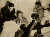Delegado de Polícia Coriolano Nogueira Cobra em entrevista coletiva, sobre o famoso roubo dos 500 milhões contra o Banco Moreira Salles, na Praça do Patriarca, em 27 de janeiro de 1.965.
