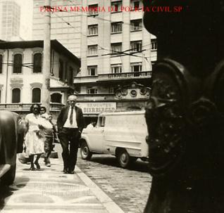 Delegado de Polícia Coriolano Nogueira Cobra, caminhando nas ruas do centro de São Paulo, na década de 60.