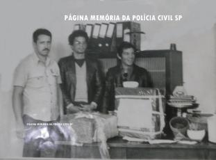"""À esquerda, o Investigador Antonio Paes Barbosa, ao centro o traficante preso José Reuber e à direita o Investigador Gilberto Barbosa """"in memoriam"""", na década de 80."""