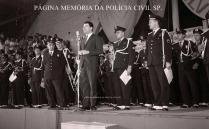 O apresentador Silvio Santos, com a Banda da extinta Guarda Civil do Estado de São Paulo, no Ginásio do Ibirapuera, em 1967. Regência do saudoso Inspetor Chefe de Agrupamento Américo Mincarelli.