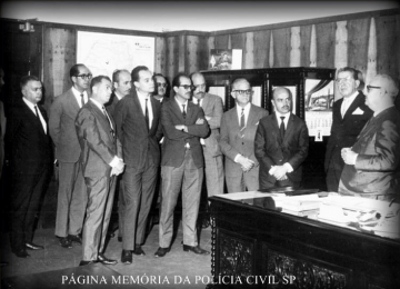 """Delegado de Polícia Titular do 22º DP- DEGRAN, Israel Alves dos Santos, conhecido por """"Gravatinha"""" (à direita), recebendo visita de Autoridades da região, em 1969."""
