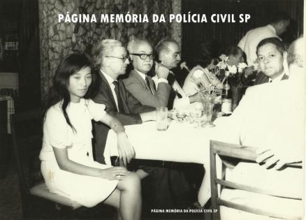 Delegado de Polícia Coriolano Nogueira Cobra (3º a partir da esquerda), à direita o Perito Criminal Milton Melchert, em jantar com amigos, na década de 70. (cedido gentilmente pela filha Teresa Cobra).