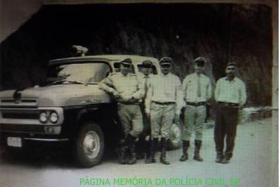 Integrantes da extinta Polícia Rodoviária do Estado de São Paulo, com viatura cabine dupla, na década de 60.
