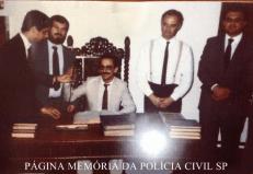 À partir da esquerda, os Delegados de Polícia Domingos Paulo Neto, Antônio Mestre Junior, Geraldo (sentado), Djahy Tucci Junior e Francisco, início dos anos 80. (acervo do Delegado Carlos Henrique Ruiz).