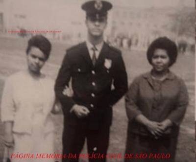 """Policial Mário Pereira Pinto """"Mário Fumaça"""" """"in memoriam"""", em sua formatura na extinta Guarda Civil do Estado de São Paulo, na década de 60. Em 1.970, migrou para a Polícia Civil, onde foi destaque na equipe dos """"Crioulos Doidos"""" da 1ª Delegacia de Roubos do DEIC (Kilo), tombando em combate, em 1.982 em uma favela na região da Serra da Cantareira- Zona Norte de São Paulo."""