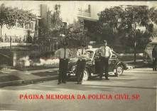 """Viatura marca VW- Sedan- Fusca da Rádio Patrulha, com integrantes da extinta Guarda Civil do Estado de São Paulo, em 1.968. O policial do centro trata-se de Adhemar Augusto de Oliveira """"Fininho 1"""" """"in memoriam""""."""