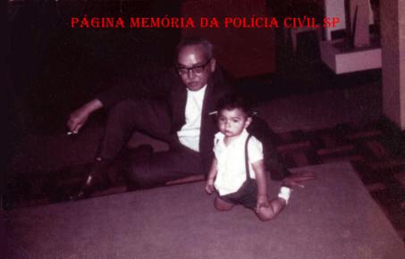 Delegado de Polícia Coriolano Nogueira Cobra, em momento de descontração brincado com seu neto Luiz Renato, em 1966/1967.