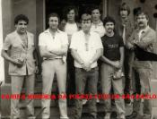 """Primeira formação do Grupo Anti- Sequestro de São Paulo, início da década de 80. Em primeiro plano, da esquerda para a direita Investigador Oswaldinho, Delegado Viegas, Walter Lang, Investigadores Nelson, Cicone (ambos hoje Delegados). Ao fundo, Garrido, Miraboli """"in memorian"""" e Gilberto Teixeira (Gigi)."""