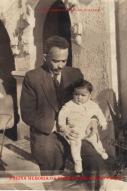 Delegado de Polícia Coriolano Nogueira Cobra, com sua filha Teresa no colo, em uma tarde de domingo, na porta de sua residência, na Avenida Francisco Matarazzo, 905- Àgua Branca, em final de 1.952.