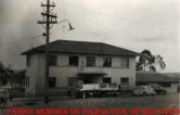 Delegacia de Mogi das Cruzes, com viaturas na frente, década de 70.